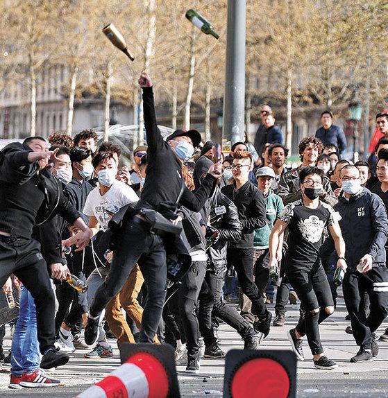 2일(현지시간) 파리에서 중국인들이 집회를 열고 '화교 총격사건' 진상 규명을 요구했다. [로이터=뉴스1]
