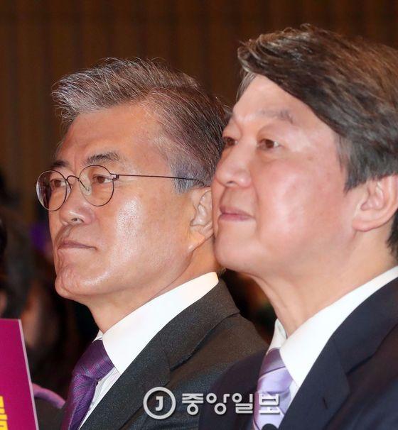 민주당 문재인 전 대표(왼쪽)과 국민의당 안철수 전 대표 [중앙포토]