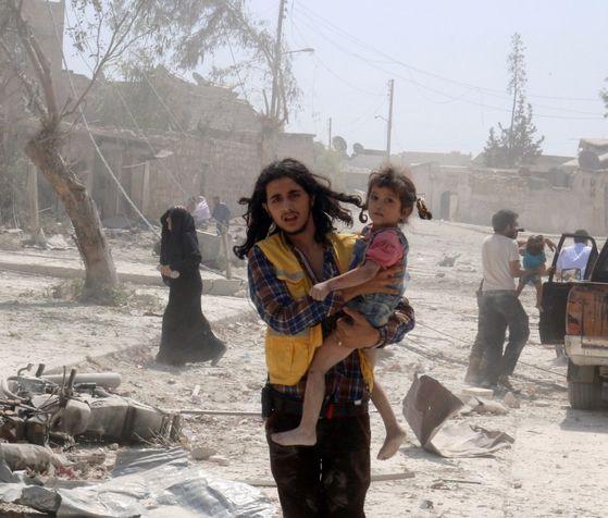 6년째 내전을 겪고 있는 시리아에서 4일 독가스가 살포돼 시리아 어린이 9명을 포함한 35명 이상이 사망했다는 주장이 현지 인권단체로부터 나왔다. 사진은 지난해 시리아 장례식장 폭탄 투하로 11명의 어린이가 사망했던 사건 당시 장면. [중앙포토]