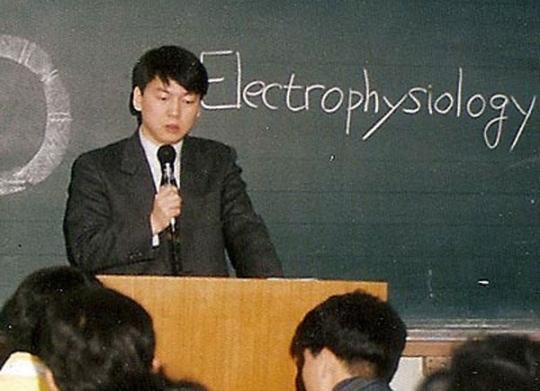 28세 의대 학과장 안철수 전 대표는 1990년 28세로 단국대 의과대학 의예과 학과장을 역임했다. 당시 강의하는 모습. [사진 안철수 캠프]