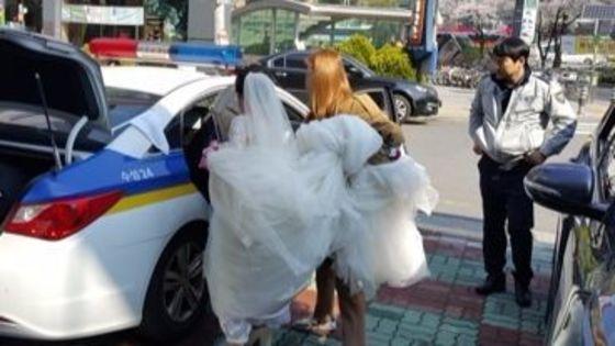 하마터면 결혼을 치루지 못할 뻔 했다. 마라톤 대회로 길이 막혀 식장이 갈 수 없게된 부부 앞으로 나타난 구원자는 경찰이었다. [사진 = 대구 수성경찰서 제공]
