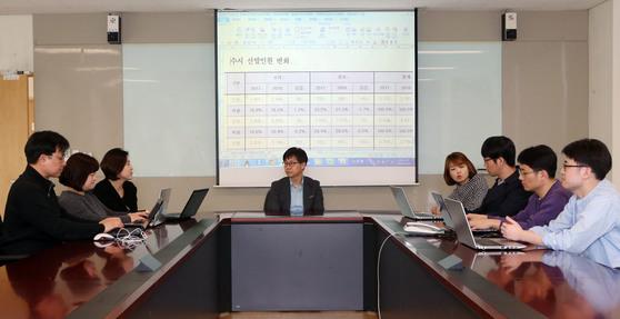 서울 하나고의진학담당 교사들이3일 오전 학교 회의실에서 학생 개인별 수시 전략을 논의하고 있다. 김성룡 기자