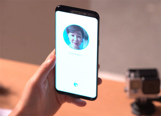 삼성전자 갤럭시S8의 안면인식 기능을 체험하기 위해 기기에 얼굴을 등록하는 모습. [동영상 캡처]