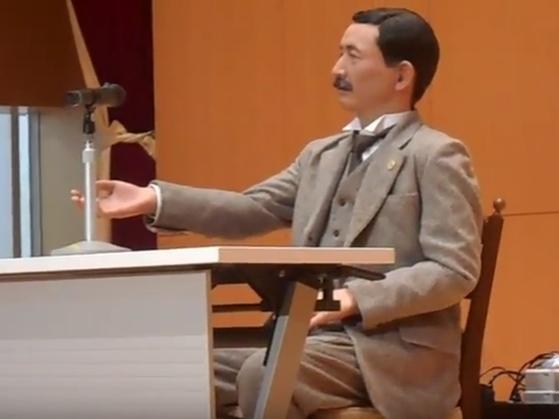 지난 1일 일본 도쿄 니쇼가쿠샤대학에서 강연하고있는 나쓰메 소세키 안드로이드 로봇. [유튜브 캡처]