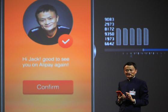 중국 최대 전자상거래 업체 알리바바가 '얼굴인식 결제'를 도입했다. 마윈 회장은 2015년 3월 15일(현지시간) 독일 하노버에서 열린 전자통신박람회(CeBIT)2015에서 이 서비스를 '스마일 투 페이(Smile to Pay)'라고 소개하고 쇼핑 과정을 시연했다. [사진 알리바바]