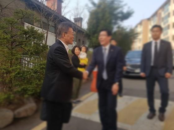 문재인 더불어민주당 후보가 4일 오전 서울 홍은동 자택을 나서면서 새로 합류한 경찰 경호팀과 인사를 나누고 있다. 위문희 기자