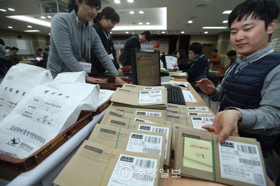 지난 4.13 총선 당시 선관위 직원들이 재외투표 우편물을 분류하고 있다. [중앙포토]