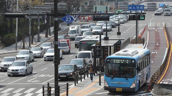 부산에서 작년 말 첫 개통한 중앙 버스전용차로(BRT)구간 원동IC 일대의 4일 오후 모습. 시내버스 운행속도는 빨라진 반면 일반 차량의 속도는느려져 논란이 일고 있다. [사진 송봉근 기자]