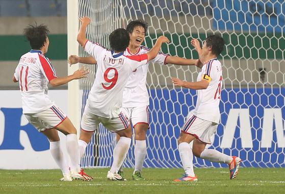 북한여자축구대표팀이 허은별(왼쪽 두 번째) 등 최정예 멤버로 3일 평양에서 열리는 여자 아시안컵 예선 홍콩전에 나선다. [중앙포토]