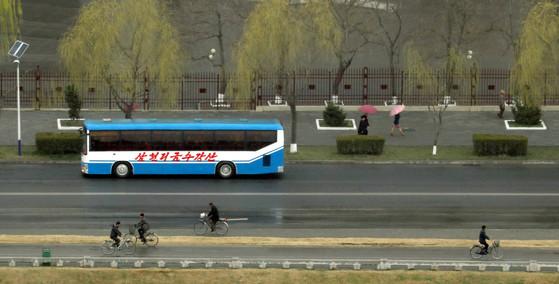 봄비가 내린 5일 오전 평양시내 주민들의 출근길.북한이 동해로 미사일을 발사한 이 날 아침 평양은 여느날과 다름없어 보였다.사진공동취재단