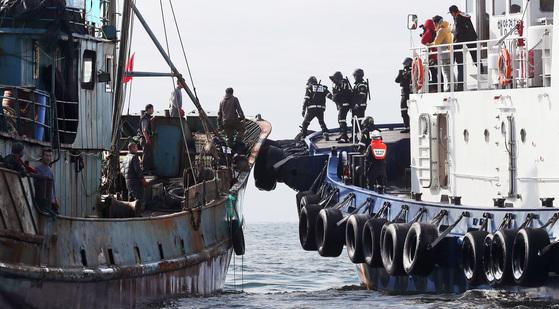 국민안전처 산하 군산해경 특공대원들(오른쪽)이 지난해 11월 한국의배타적경제수역(EEZ)인 군산시 어청도 앞 해상에서 불법 조업중이던 중국 어선을 단속하고 있다.