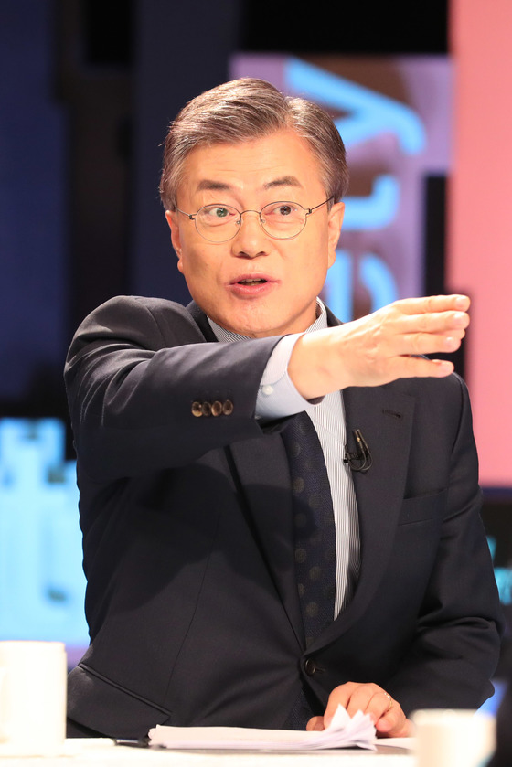 더불어민주당 대선후보들의 토론회가 3월 21일 오후 서울 상암동 MBC 스튜디오에서 열렸다. 문재인 전 대표가 방송국 관계자와 대화하고 있다. [사진공동취재단]