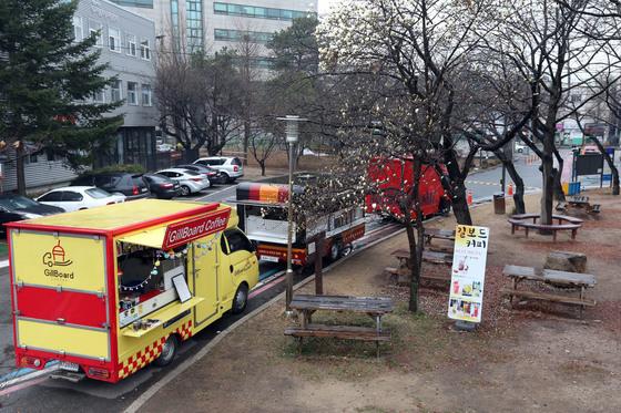 지난달 31일 서울 은평구 녹번동 서울혁신파크(사회적기업 입주 공간) 내에 문을 연 푸드트럭들. 목이 좋은 번화가에서 약 400m 떨어진 곳에 있다. [사진 김성룡 기자]