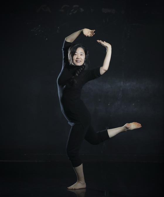 김형희 단장은 단순히 춤을 가르치는 것을 넘어 공연을 통해 자신을 표현하는 기회를 갖게 돕는다. 임현동 기자