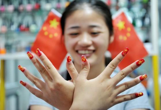 손톱에 중국 국기를 그린 중국 여성 [사진 이매진차이나]