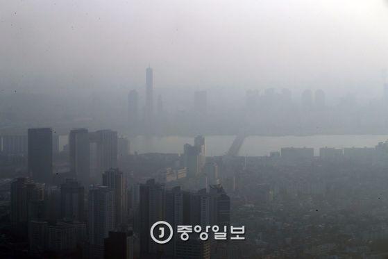 4월이 열리자 중국발 미세먼지가 전국을 뒤덥혔다.3일 남산타워 전망대에서 바라본 서울 서초구 일대의 공기층에 미세먼지가 내려앉았다. 김상선 기자