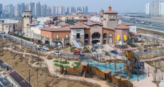 스페인풍 건물로 지어진 시흥프리미엄아울렛의 모습 [사진 신세계사이먼]