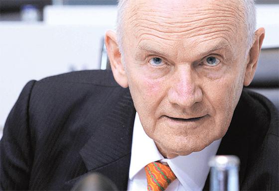 페르디난드 피에히 폴크스바겐그룹 전 의장이 그룹 지분을 매각하기로 하고, 경영에서 완전히 물러났다. 그는 1993년 폴크스바겐 최고경영자(CEO)가 된 뒤 22년동안 경영을 쥐락펴락했다. [블룸버그]