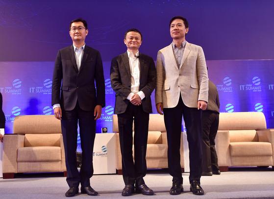 지난 2일 중국 광둥성 선전시에서 열린 2017 IT 서밋에 참석한 마화텅(왼쪽) 텅쉰 회장, 마윈(가운데) 알리바바 회장, 리옌훙(오른쪽) 바이두 회장 [신화=뉴시스]