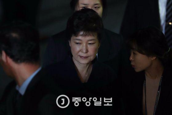 박근혜 전 대통령이 지난달 30일 영장실질심사를 마치고 나오는 모습. 김상선 기자