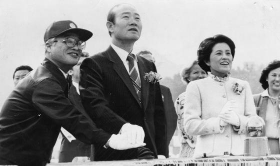 1981년 10월 옥포조선소준공식에 참석한 전두환전 대통령과 당시 영부인이었던 이순자씨.[중앙포토]