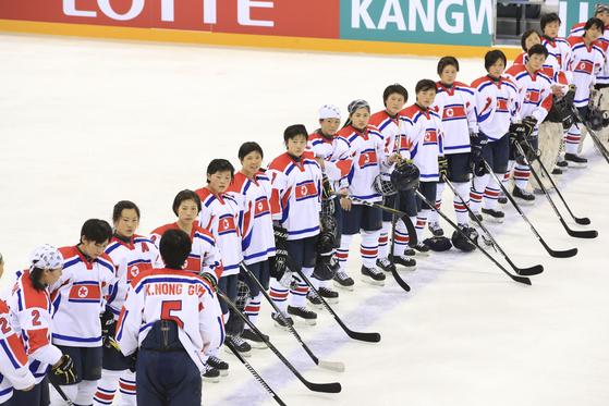 2017 IIHF 아이스하키 여자세계선수권대회 디비전 II 그룹A 북한과 호주의 경기가 2일 강릉하키센터에서 열렸다. 북한 선수들이 2대1로 패한 뒤 서로를 격려하고 있다. 20170402 임현동 기자