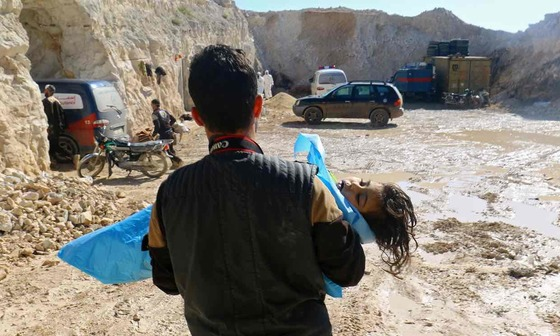 4일 화학무기 공격을 받은 시리아 북부 이들리브주 칸셰이칸에서 구조 대원이 어린이 희생자를 구출하고 있다. [로이터=뉴스1]