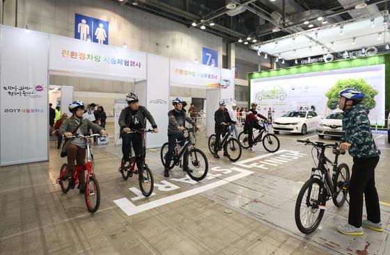 경기도 고양시 일산 킨텍스에서 진행 중인 '2017 서울모터쇼'에는 자동차 뿐 아니라 전기자전거를 포함한 자전거도 전시돼있다. [사진 한국자동차협회]