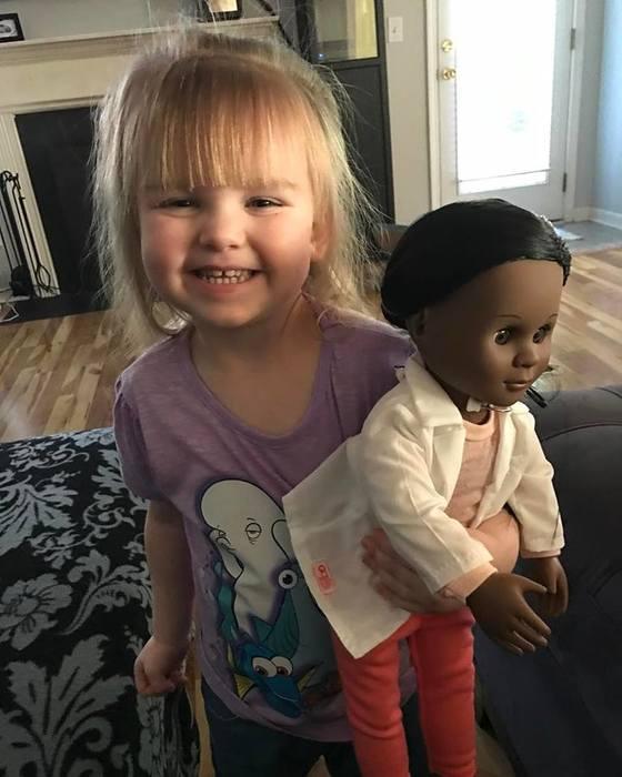 흑인 인형을 안고 있는 소피아.
