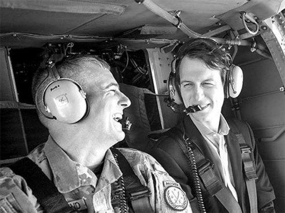 쿠슈너 미 백악관 선임고문(오른쪽)이 3일 헬기를 타고 이라크 상공을 비행하고 있다. [로이터=뉴스1]