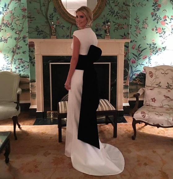 화려한 드레스를 입고 포즈를 취한 이방카 트럼프. [이방카 인스타그램]