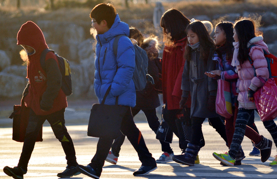 """시공교육 아이스크림 홈런이 새학기를 맞아 초등학생과 학부모를 대상으로 """"가장 두려운 학사일정""""을 물었다. 그 결과, 초등학생은 '신체검사'를 학부모는 '학부모 면담'을 각각 1위로 꼽았다. 사진과 기사내용은 관련없음. [중앙포토]"""