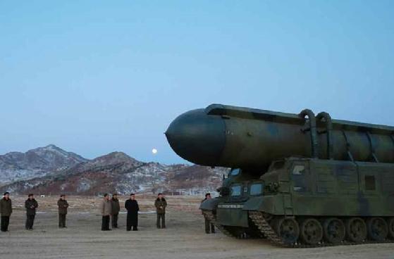 북한의 '북극성 2형' 미사일. 미사일 운반 차량은 전차와 같은 궤도로 이동한다.