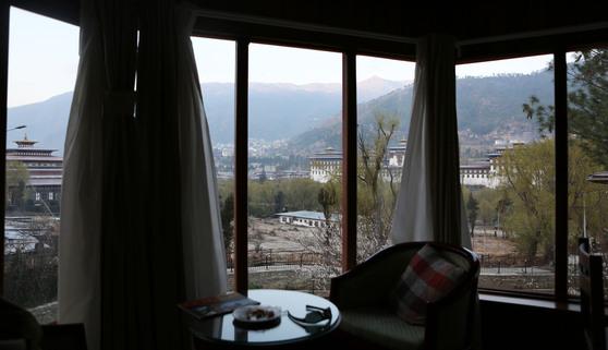 타시초에 종(Dzong)이 보이는 호텔. 새벽에 사원의 종소리를 들을 수 있다.