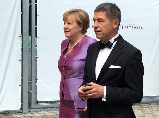 메르켈 총리와 그의 남편 요하임 자우어 교수.