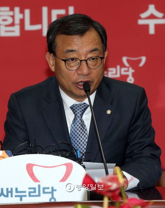 이정현 당시 새누리당 대표가 지난 1월16일 서울 여의도 당사에서 사퇴 기자회견을 하고 있다. [중앙포토]