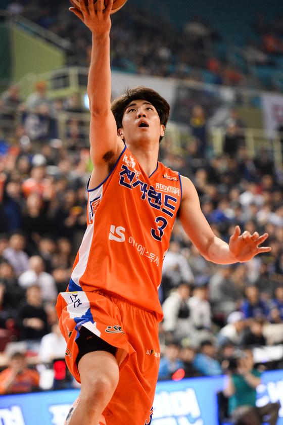 전자랜드 가드 김지완이 4일 인천삼산체육관에서 열린 2016-2017 프로농구 6강 플레이오프 3차전에서 슛을 시도하고 있다. [사진 KBL]