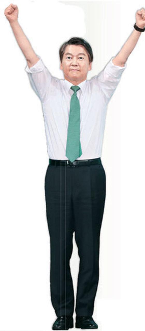 안철수 후보가 소매를 걷어 올린 셔츠 차림으로 지지자들의 환호에 답하고 있다. [사진 박종근 기자]