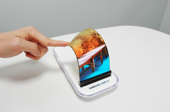 미래 디스플레이의 중심으로 각광받고 있는 플렉서블 올레드 제품.  [사진 삼성전자]