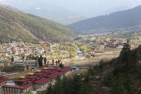 부탄 팀푸 시내 전경. 붉은 지붕이 국왕 집무실이 있는 타시초에 종(Dzong)