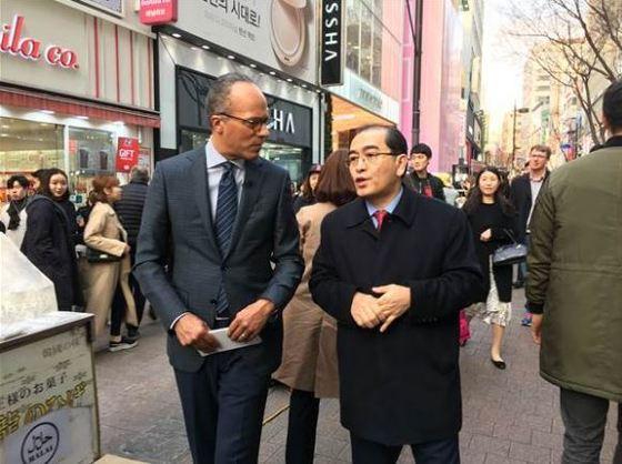 서울에서 인터뷰를 진행한 레스터 홀트 NBC 앵커(왼쪽)와 태영호 전 영국주재 북한대사관 공사. [사진 NBC 홈페이지]