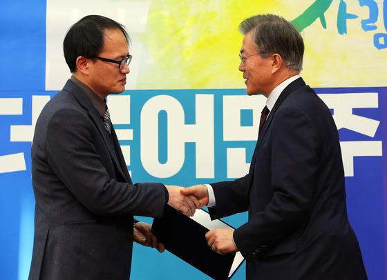 2016년 1월 문재인 더불어민주당 전 대표가 박주민 의원 영입 기자회견을 열고 있다. 박 의원은 17번째 외부 인재로 영입돼 전략 공천을 받았다. [중앙포토]