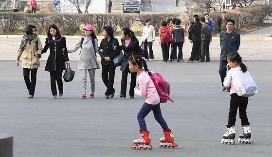 4일 오후 평양의 시민들이 김일성 경기장 앞 공원에서 봄을 즐겼다. 어린이들이 롤러스케이트를 타고 있다. 다음날 북한은 탄도미사일을 동해로 쐈다.평양=사진공동취재단