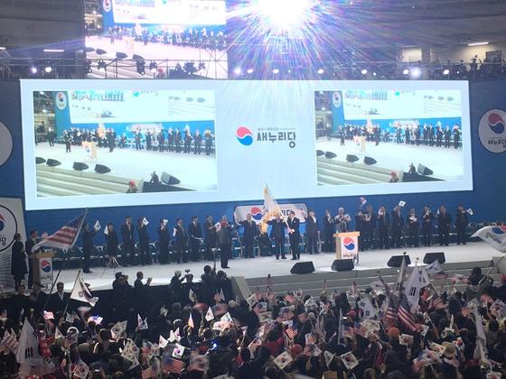 5일 오후 서울 장충체육관에서 박사모 등 친박단체 회원들이 새누리당(가칭) 창당대회를 열었다. 하준호 기자