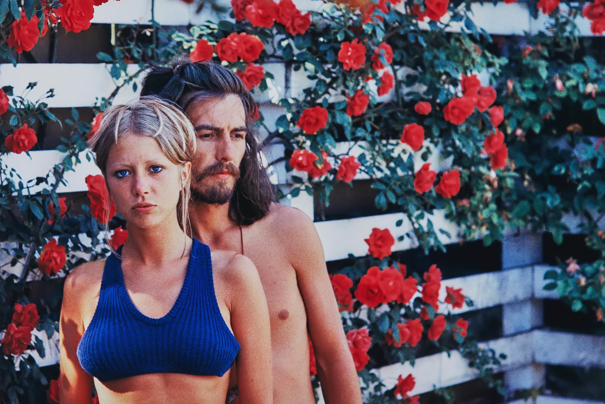 1968년, 장미가 핀 정원에서 삼각대를 이용하여 찍은 두 사람의 모습. 결혼 초기 두 사람은 낭만적이고 행복한 결혼생활을 이어나갔다. 조지 해리슨은 패티 보이드를 향한 사랑을 1969년도 비틀즈의 앨범 『Abbey Road』에 'Something'을 통해 표현했다. [사진 패티보이드]