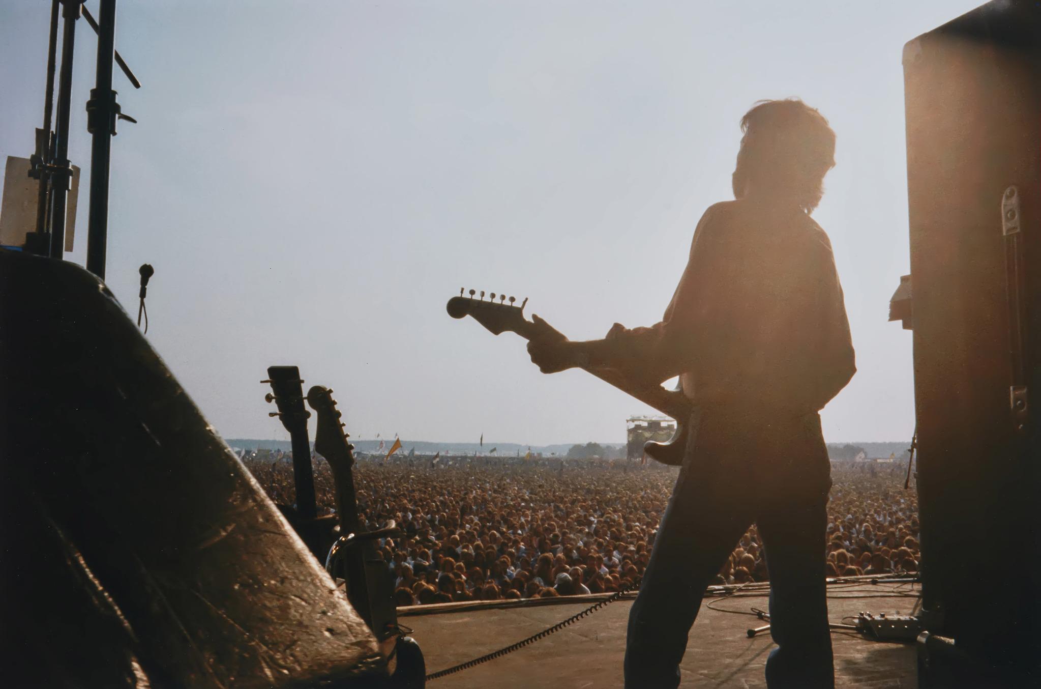 1974년 영국의 소도시 캠벌리에서 열린 락 페스티벌 '블랙부쉬(Blackbushe)' 페스티벌. 밥 딜런, 에어로스미스, 에릭 클랩튼 등 락스타들이 헤드라이너로 참여하기도 했다. 에릭 클랩튼은 이 페스티벌에 참여해 훌륭한 라이브 공연을 선보였다. [사진 패티보이드]