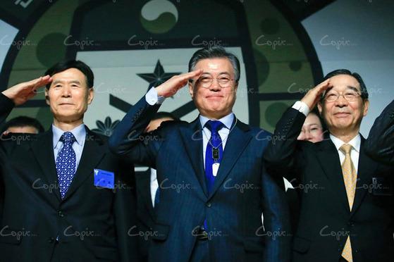 2월 22일 오전 서울 용산구 백범김구기념관에서 열린 '문재인과 함께하는 국방안보 포럼'에서 문재인 후보가 거수경례를 하고 있다. [제공·문재인 후보 캠프]