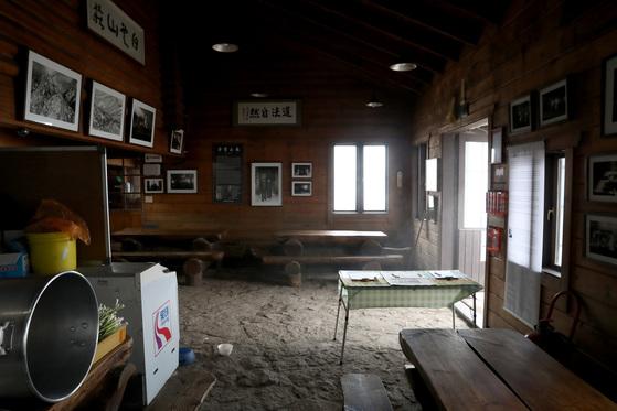 93년의 오랜 역사가 사진과기록으로 남아 있는백운산장 내부 모습. 우상조 기자