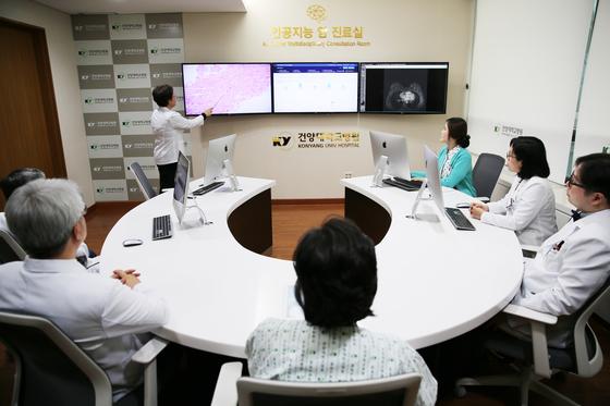 5일 문을 연 대전 건양대병원 '인공지능 암 진료실'에서 병원 의료진이 환자에게 '왓슨'이 제시한 치료법에 대해 설명하고 있다. [사진 SK C&C]