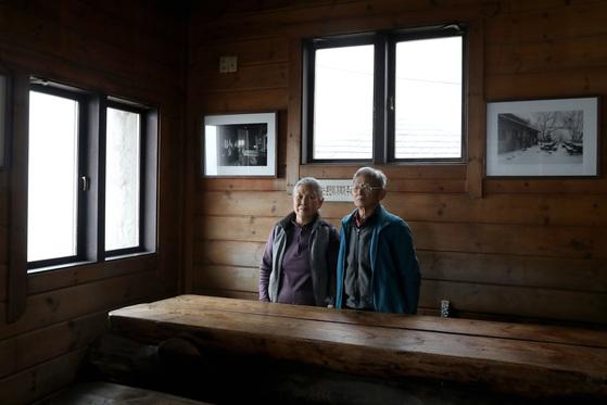 6일 오후 백운산장 내애서 우두커니 서 있는 주인이자 산장지기인이영구(오른쪽)씨와 김금자씨 부부. 우상조 기자